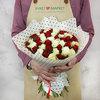 Букет из 65 разноцветных кенийских роз фото