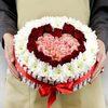 Композиция сердце из роз и хризантем с киндер шоколадом фото