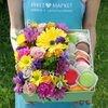 Коробка с макарунами, герберой и розами фото