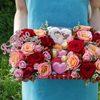 Коробка с макарунами, розами и конфетами фото