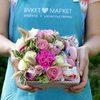 Коробка с пряниками, розами и гвоздикой фото