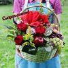 Корзина с фруктами, розами и амариллисом фото